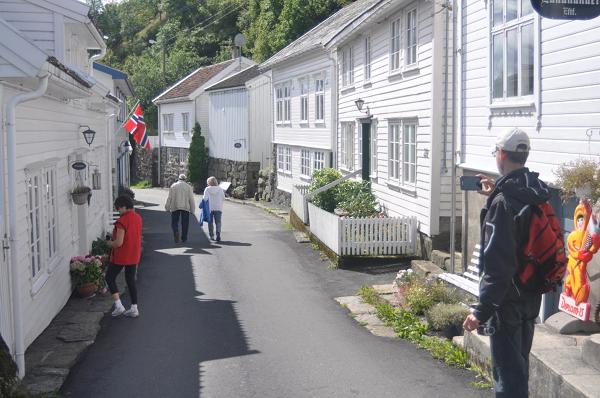 Ładne miasteczko nad brzegiem fjordu.