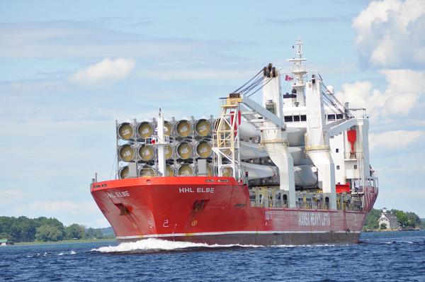 Statek z ładunkiem turbin wiatrowych na rzece St. Lawrence.