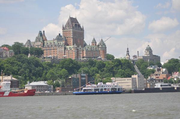 Ładne, zabytkowe miasto Quebec City nad rzeką St. Lawrence.