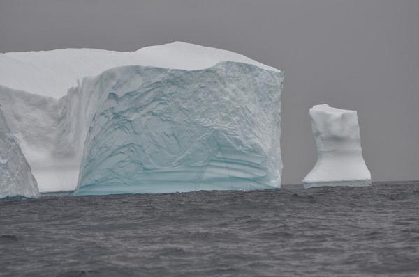 Pierwsza góra lodowa na Atlantyku (obszar Morza Labradorskiego).